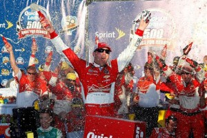 Kevin Harvick celebrates victory in last year's Quicken Loans Race for Heroes 500 at Phoenix International Raceway (Photo: Tom Pennington/Getty Images for NASCAR)